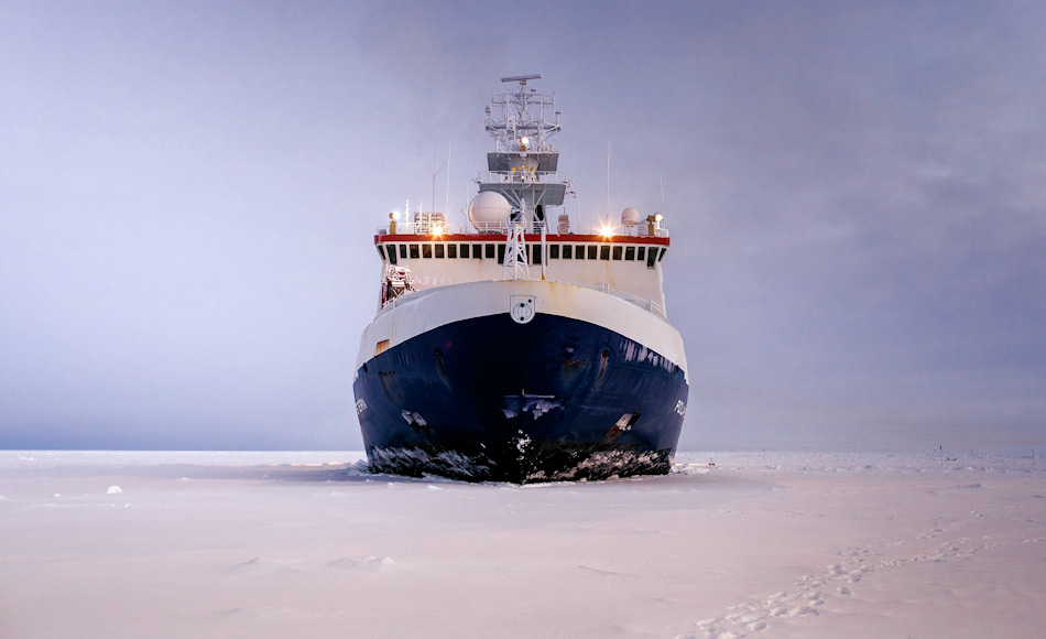 """Die """"Polarstern"""" ist der Forschungseisbrecher im Dienst des Alfred-Wegener-Instituts (AWI) und pendelt zwischen den Polarregionen hin und her. Nun soll das Schiff ein Jahr im arktischen Eis eingefroren als Forschungsplattform dienen und helfen, Daten im arktischen Winter zu sammeln. Bild: Mario Hoppmann"""